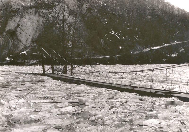 Eisgang an der Hängebrücke bei Waldbreitbach 1956
