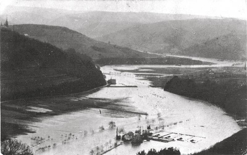 Hochwasser im Jahr 1909 - vorne Nassens Mühle - im Hintergrund die Kreuzkapelle