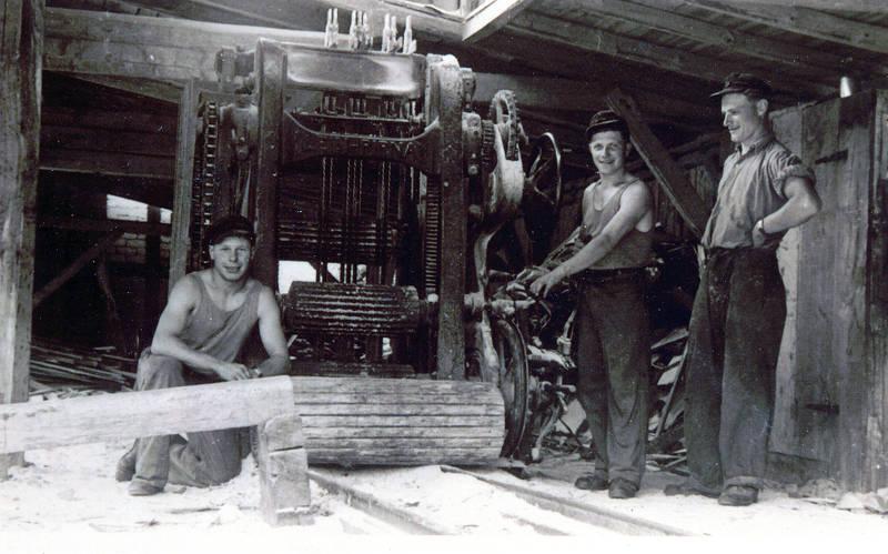 Gruppenbild am neuen Sägegatter - kniend Hermann Over, Hans Over und Johann Scharenberg, um 1950