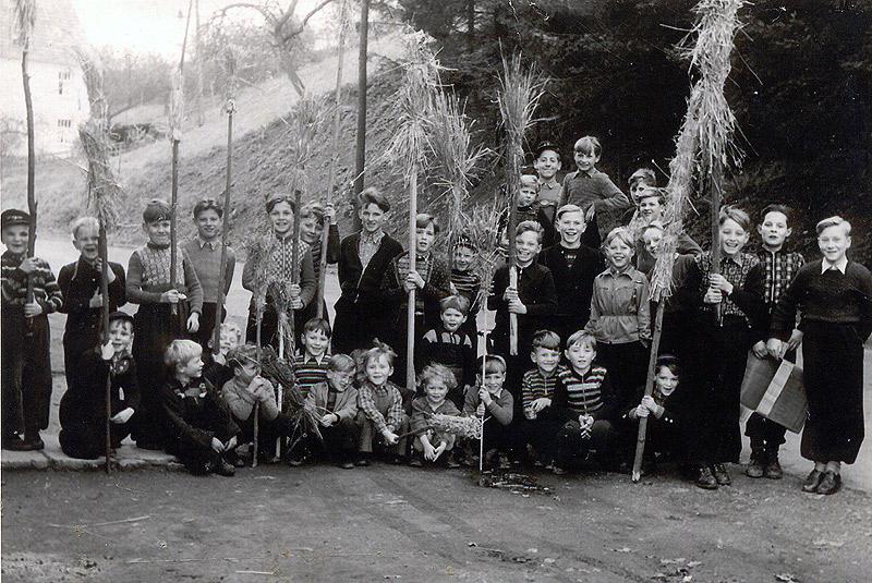 Dotzen 1954 - Gruppenfoto auf der Neuwieder Straße bei Foto Nassen