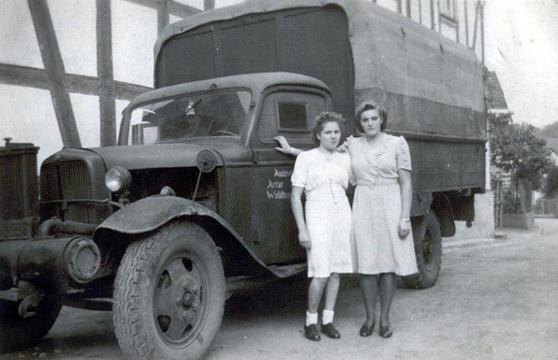 Die Anfänge der Autovermietung Arthur Zöller ca 1949 Mit dem Ford BB Lkw mit Holzvergaser wurden die Arbeiter von Rasselstein gefahren v.l. Erika Franzen, Anneliese Börder