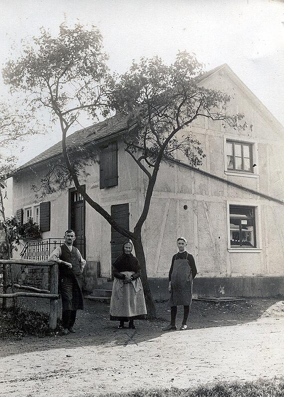 Haus Hopp 1927 - füher direkt am alten Brückenübergang gelegen rechts Schuhmachermeister Franz Hopp in jungen Jahren