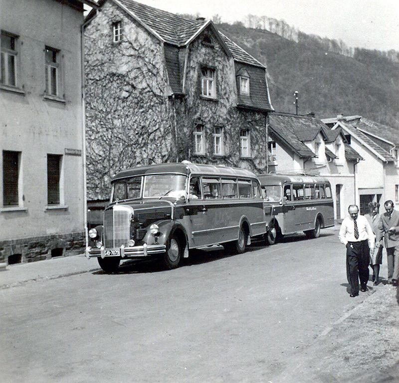 Zöller's Busreisen 1955 links Mercedes mit Seib-Aufbau, rechts Opel Blitz mit Aufbau von Kässbohrer die Personen v.l. Arthur Zöller, Käthchen und Hermann Hardt