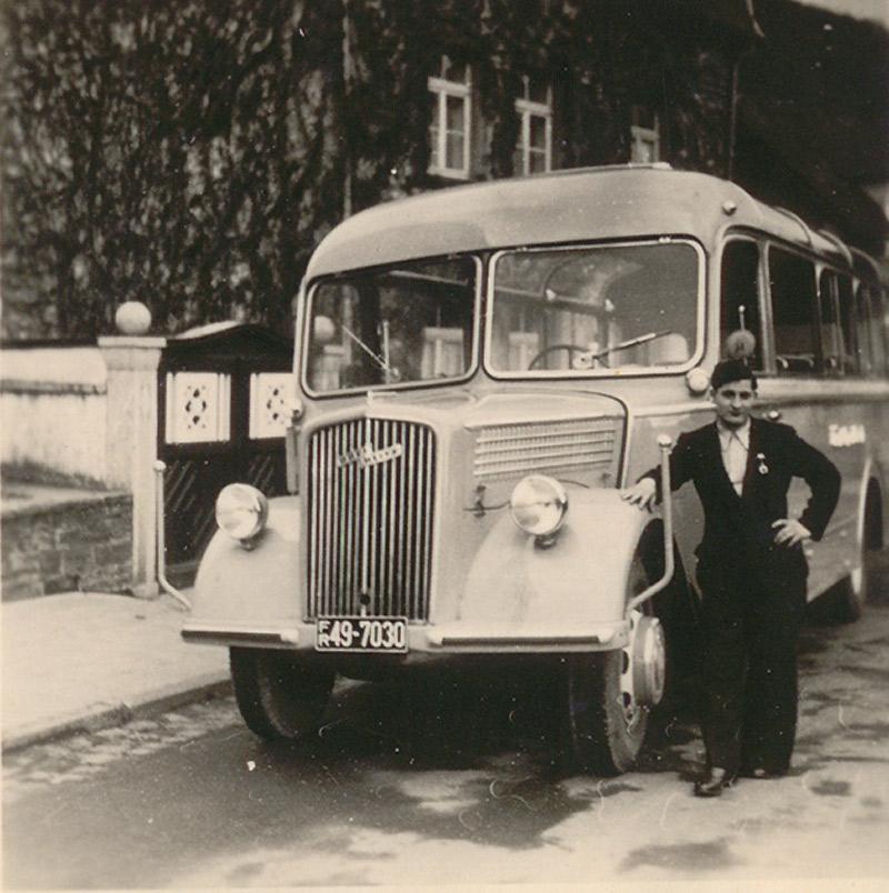Zöller's Busreisen in den 1950er Jahren Opel Blitz mit Aufbau von Kässbohrer - der Fahrer Herbert Hardt