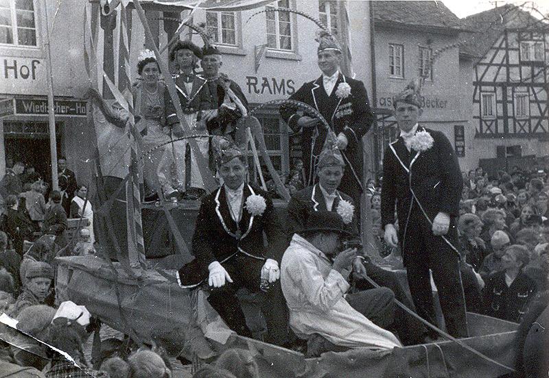 Prinz Otto Krämer und Prinzessin Änni Hardt am Rosenmontagszug 1939