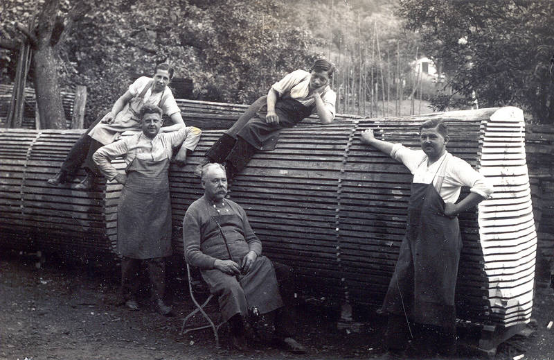 v.l.n.r.: auf dem Holz: Max Tobias, unbekannt, stehend: Gustav Hertling und Franz Hertling (Gebrüder Hertling) sitzend: Johann Hertling