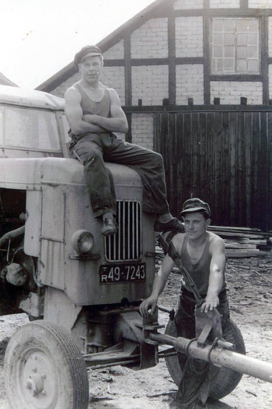 Hermann Over (sitzend auf dem Kramer-Traktor) und Hans Over