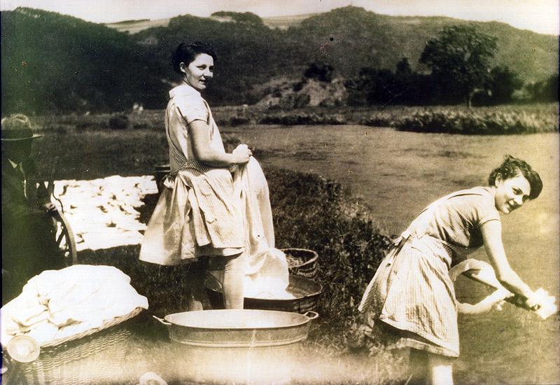 Lisbeth und Lena geb. Kröll. Links neben den Schwestern sieht man Killian Heumann.  Das Photo enstand auf der Wiese hinter dem Denkmal in Hausen. Im Hintergrund erkennt man das Wasser-Pumpenhaus der ehem. Lungenheilstätte.