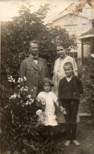 Dr. Josef Pieper mit Frau Grete geb. Gelsam, Margret und Franz ca 1926 im Garten (Gelände Parkplatz gegenüber Metzgerei Reuschenbach)