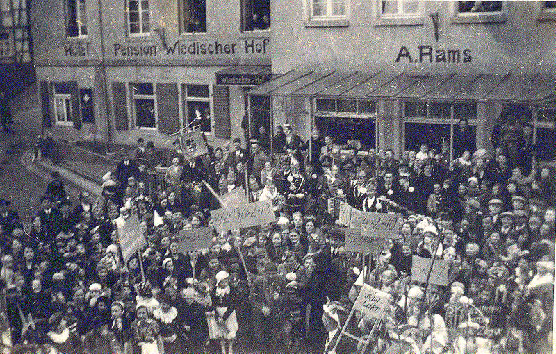 Karneval_vor_Wiedischem_Hof_Boden_800