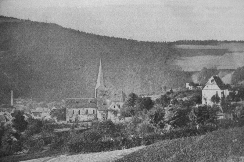 Ansicht 1875 mit altem Kirchengebäude und rechts Commende (Aufnahme C. Spiegel) Im Hintergrund links Schornstein Grube Katzenschleife