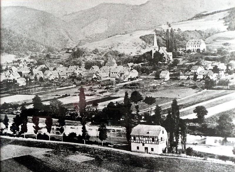 Dorfansicht vor 1877 mit Nassen's Mühle und das alte Kirchengebäude mit Commende