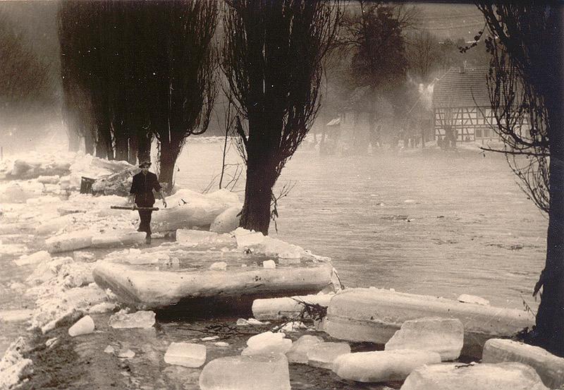 Dr. Pieper beim Spaziergang nach dem Eisgang 1956