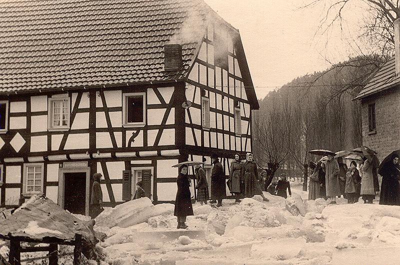 """""""Begutachtung"""" nach dem Eisgang 1956 im Hof der Scheid's Mühle"""