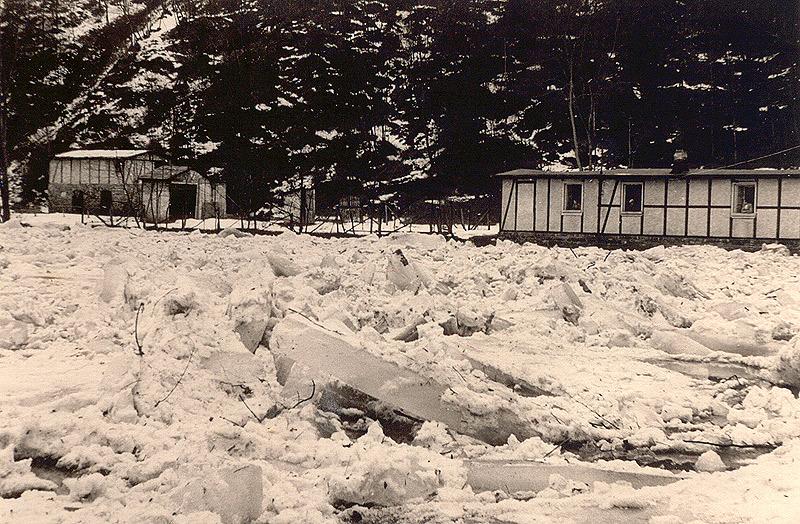 Mächtige Eisschollen 1956 auf Höhe der Grube Katzenschleife