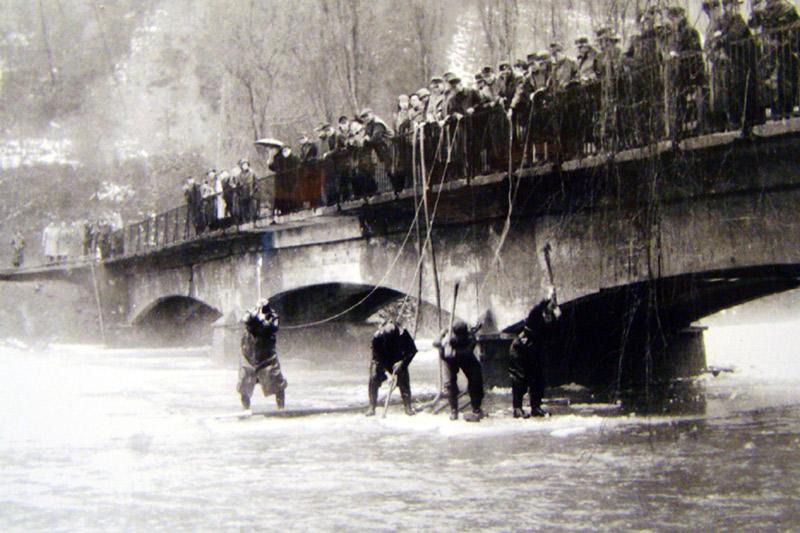 Versuche zur Sprengung der Eisdecke an der Wiedbrücke 1956