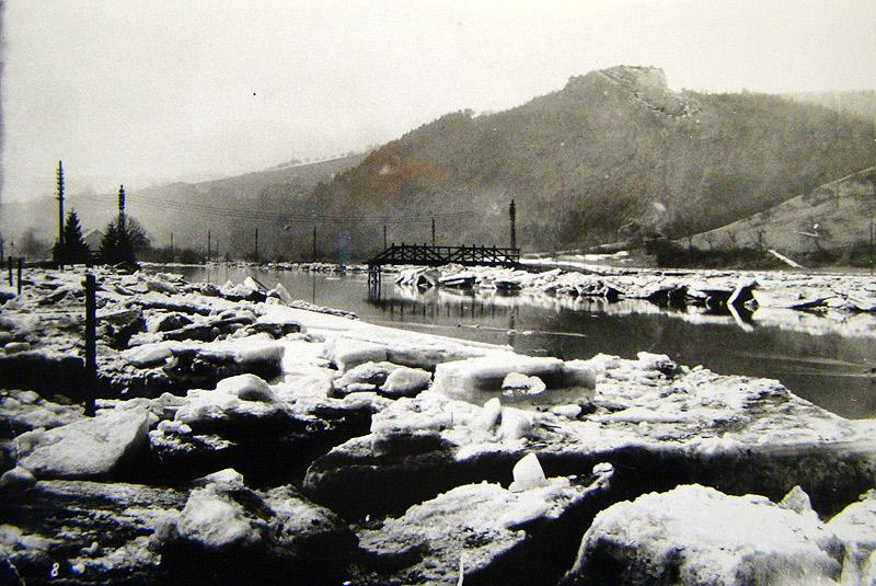 Nach dem Eisgang 1929 - Zerstörte Wiedbrücke von 1913 Gut zu sehen die Elektrifizierung von der Turbine an der Nassen's Mühle ausgehend