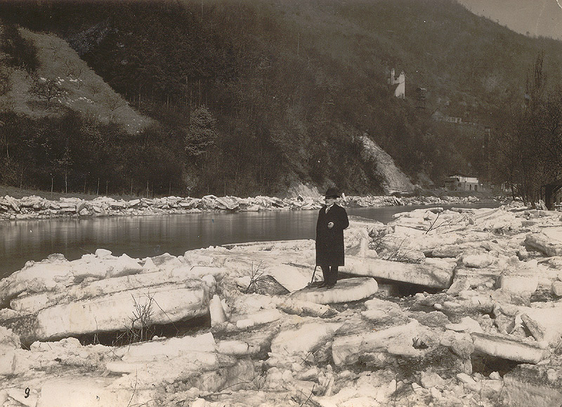 Johann Schicker nach dem Eisgang am 09. März 1929 Im Hintergrund gut zu erkennen die Anlagen und Gebäude der Grube Katzenschleife
