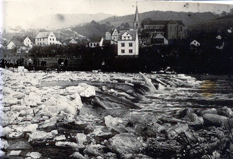 Eisgang am Wehr 1929 Im Hintergrund Haus Reuschbach (jetzt Strauf)