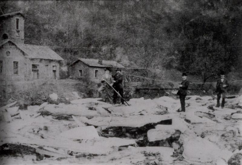 Mutige Männer auf dem Eis an der Katzenschleife - vielleicht 1929 Im Hintergrund die Gebäude des Bergwerks und die Hängebrücke zum Steinkümpel (Quelle: Kreismedienzentrum Neuwied)