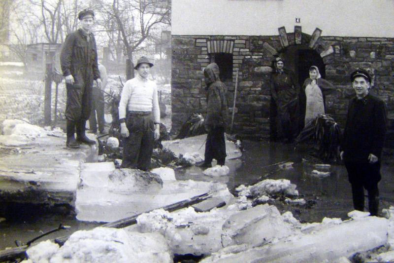 Nach dem Eisgang 1956 bei Schneiders v.l.n.r.: Toni Schneider, Siegfried Schneider, Willi Becker, Fritz Schink, Vroni, Wilhelm Schneider