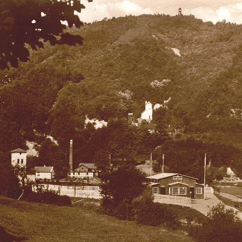 Gebäude der Grube Katzenschleife um 1930 Im Vordergrund das Strandbad und hinten oben der Aussichtsturm