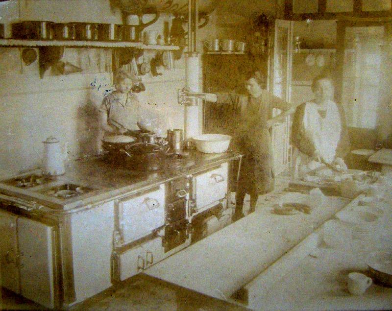 Küche im Wiedischen Hof v.l.n.r. Stoffels Trautsche, Veronika Schneider ( Oma von Vroni Schneider und Frau von Postschaffner Wilhelm Schneider)