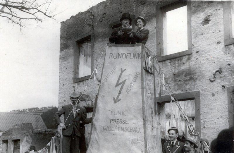 Karneval 1948 - Proklamation vor der Ruine der Alten Schule von links: Franz-Josef Schicker, Johann Becker mit Zylinder, ?