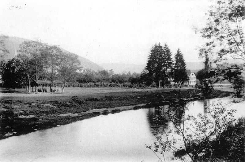 Alter Schiessplatz am Steinkümpel um 1900 (heute Spielplatz) - rechts Scheid's Mühle Geschossen wurde über die Wied neben Grube Katzenschleife. Fuhrwerke wurden während des Schiessens für kurze Zeit angehalten.