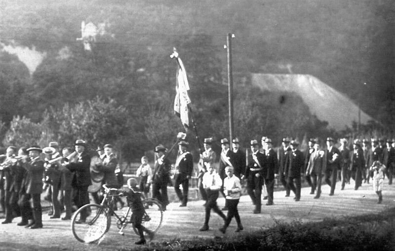 Schützenzug mit Musikkapelle vom Steinkümpel in Richtung Dorf - ca 1930
