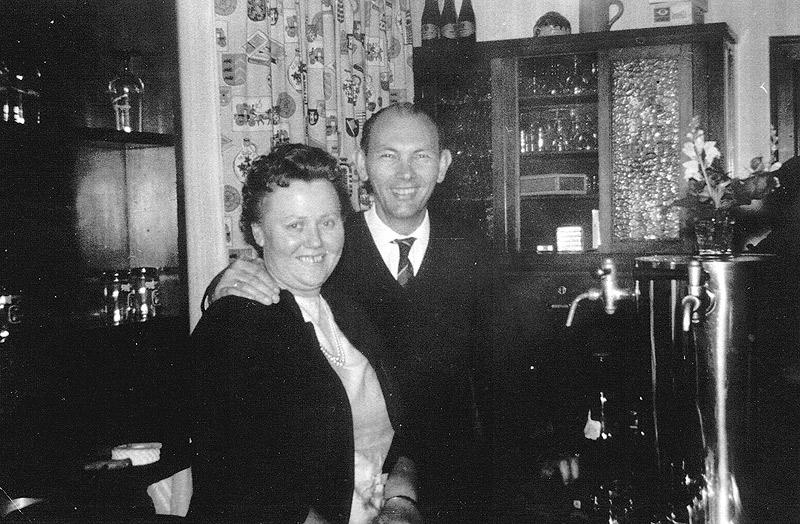 Lena und Josef Schmitz hinter der Theke ca 1963