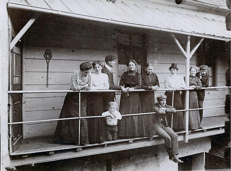 Anbau Gasthaus Becker 1910 5. von links Gertrud Becker - Frau von Jakob und Mutter von Kind Vincenz Becker im Vordergrund