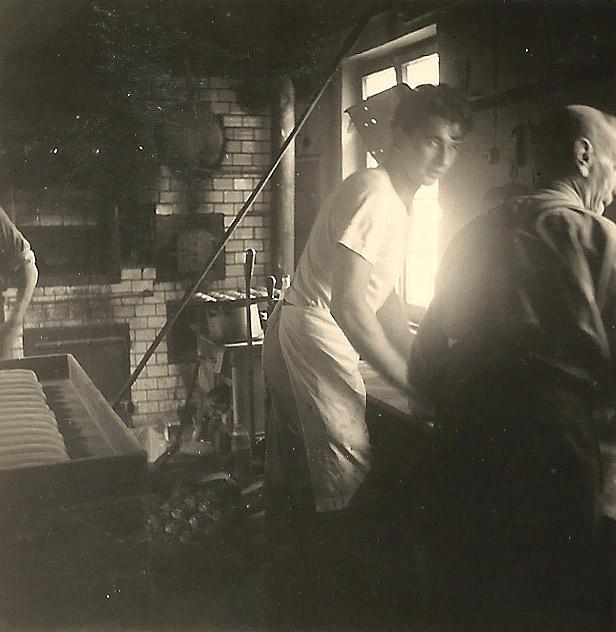 In der Backstube Scheid's Mühle um 1956 v. l. n. r. Peter Becker (Bruder von Elisabeth und Willi Becker) und Josef Scheid