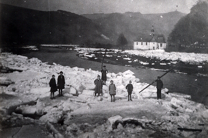 Nach dem Eisgang im März 1929 v. l. n. r. M.Mazzoli, M. Zimmermann, A. Hessler, Hans Schicken, Maria Heumann, Josef Stüber, Willi Heumann