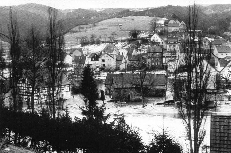 Eisgang 1956 - In der Bildmitte die Ölmühle mit noch bestehenden Nebengebäuden am Platz des heutigen Dorfmuseums
