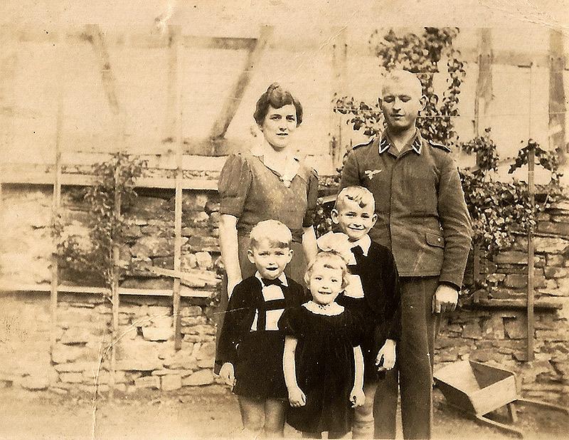 Familie Johanna und Vincenz Becker ca 1944 vorne von links die Kinder Willi, Elisabeth und Peter