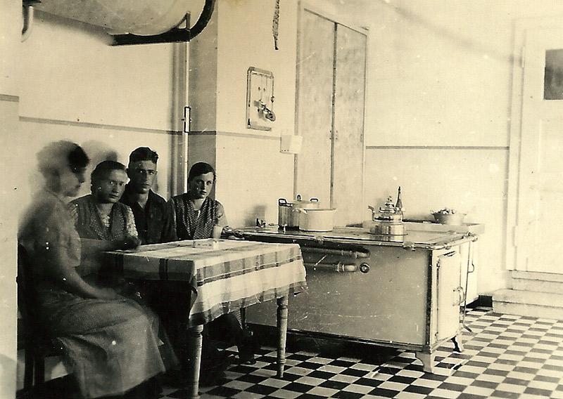 In der Küche 1935 v. l. Johanna Becker, Katharina Buhr (Tant' Katche), ?, Gertrud Schmid