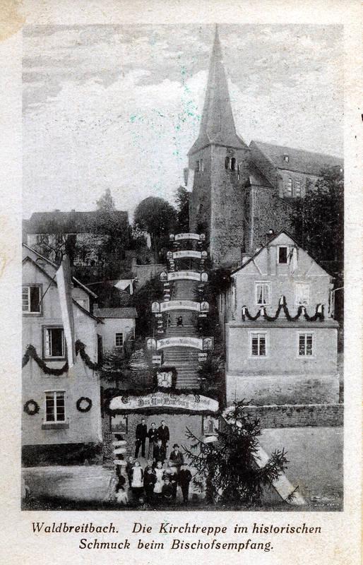 Kirchtreppe im historischen Schmuck beim Bischofsempfang um die Jahrhundertwende