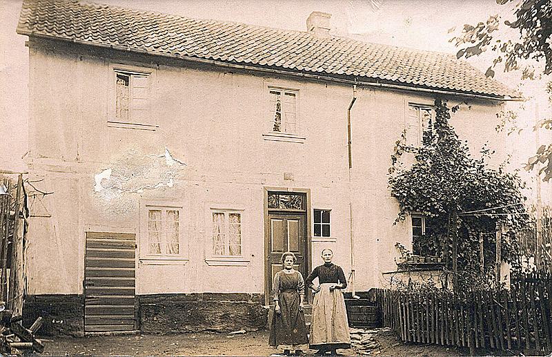 Elternhaus Buhr 1915 Brückenstraße v.l. Frau van de Emden geb. Buhr (Schwester von Wilhelm Buhr), Gertrud Buhr geb. Lötsch (Oma von Peter Buhr)