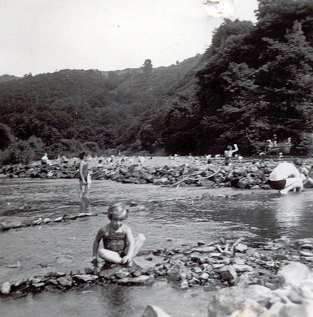 Sigrid Boden am Strandbad mit Basaltstein-Staumauer Anfang 1950