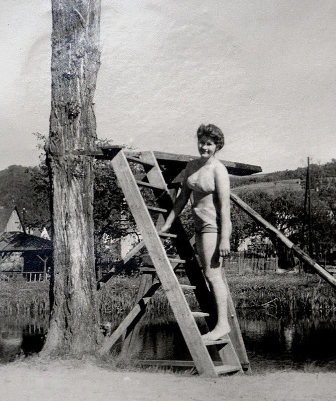 """""""Drei-Meter-Sprungbrett"""" an einer damals tiefen Stelle der Wied gegenüber Kahnverleih - Waltrudis Nassen (heute Zimmermann)"""