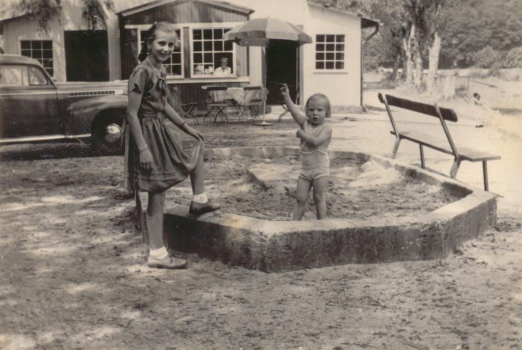 Lotte Zimmermann und Sigrid Boden im Sankasten 1952 am Strandbad Fahrzeug Opel Olympia