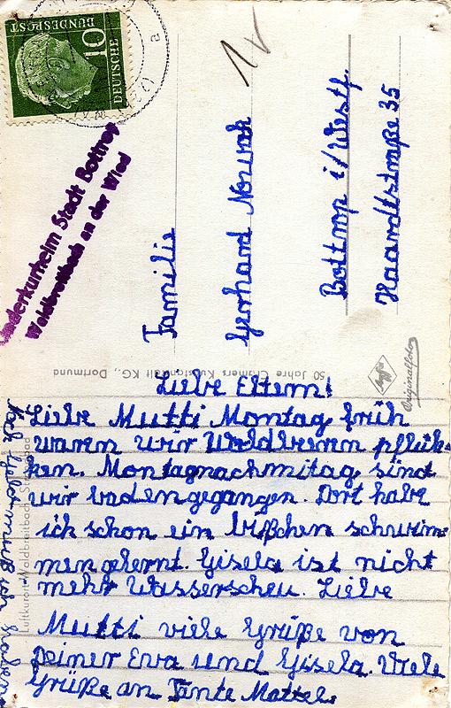 """Diese Karte aus dem Kinderkurheim der Stadt Bottrop in den 1960er Jahren ist wahrscheinlich für alle lesbar. Ganz wichtig jedoch erscheint der Nachsatz an der linken Seite quer geschrieben: """"Noch Geld muß ich haben"""""""