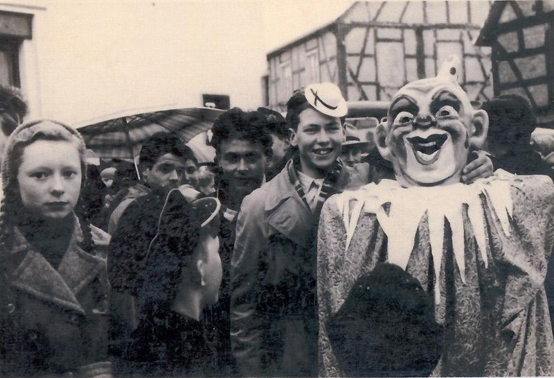 """Karneval 1953/54 In der Bildmitte mit Hütchen Siegfried Schneider und rechts im """"Lange Mann"""" Max Buhr"""