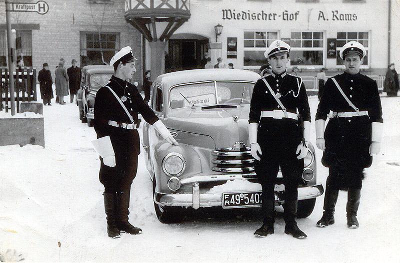 """Die närrische Polizei 1954 v.l.n.r.: Max Buhr, Hermann Hopp und Günter Zech gehörten damals zur Startformation des Tanzcorps """"Rot-Weiße"""" Funken mit je acht Frauen und Männern"""