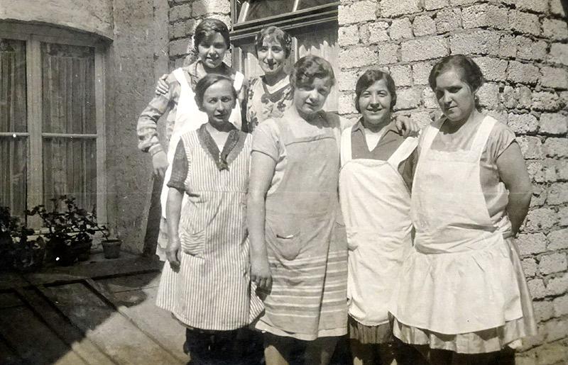 Personal im Wiedischen Hof 1928  hinten rechts Gertrud Pütz, vorne links Stoffels Traut