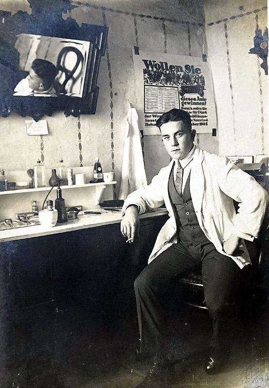 Friseur Josef Zimmermann im Haus Kappes am Alten Kreuz (Jetzt Eiscafé Riviera) - 1929