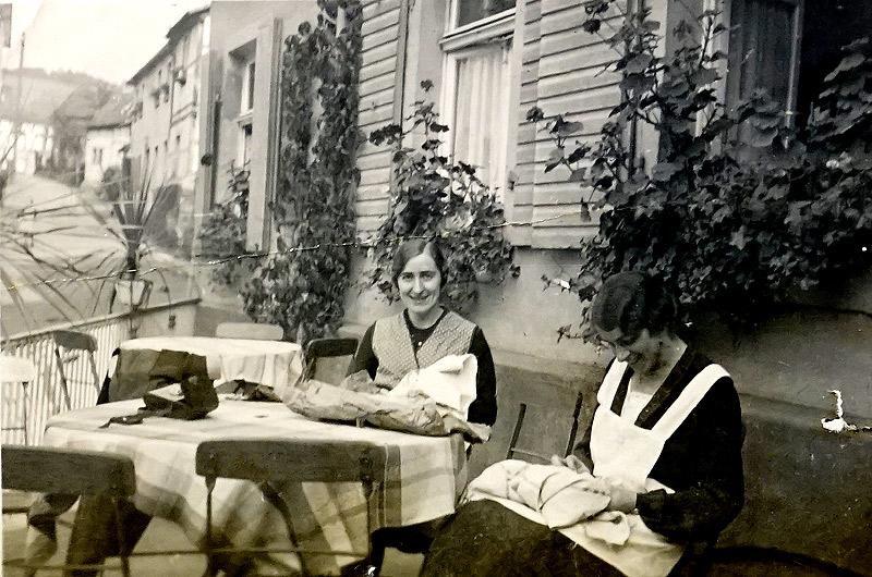 Gertrud und Mia Pütz am Wiedischen Hof mit Blick in Richtung Oberdorf - um 1930