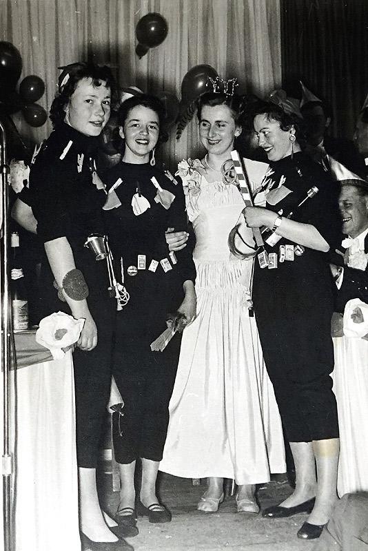 Karneval 1957 v.l.n.r. Gisela Henn, Marlene Hopp, Prinzessin Lotte Zimmermann, Erika Knopp