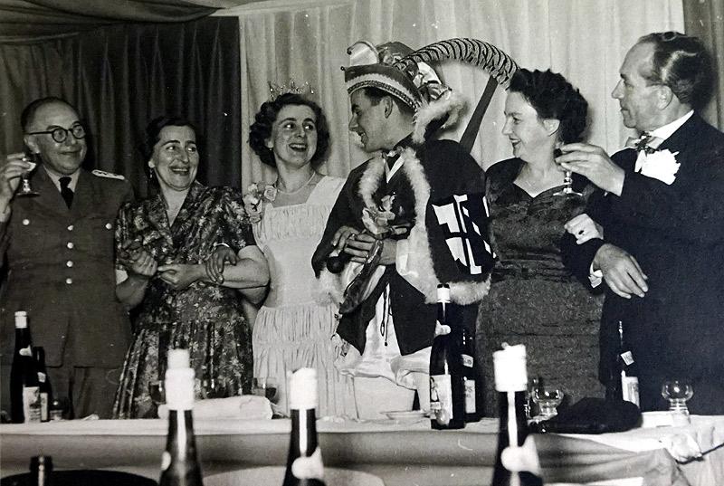 Prinzenpaar mit Eltern 1957 v.l.n.r. Wachtmeister Glüsing, Gertrud und Lotte Zimmermann, Winfried Glüsing mit Mutter, Josef Zimmermann